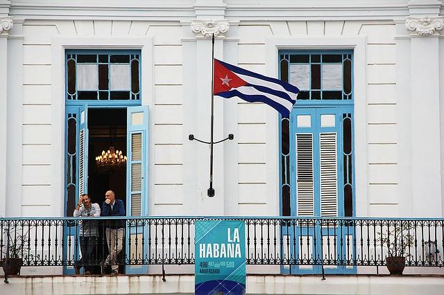 Cuba, balcone azzurro con bandiera al vento
