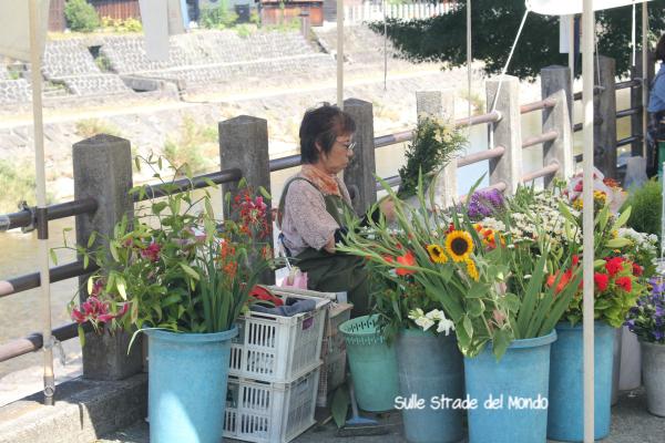 Venditrice fiori mercato Miyagawa