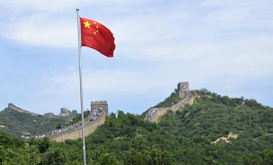 La bandiera rossa sventola sulla muraglia cinese