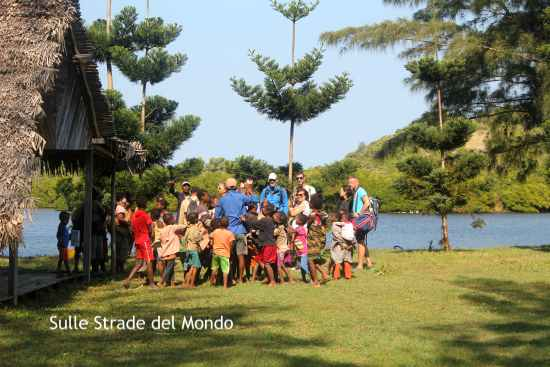 i bambini di Evatra nella penisola di Lokatro