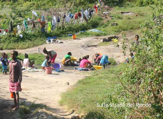Donne che lavano i panni a Lokaro