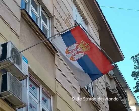 Bandiera serba che svelntola