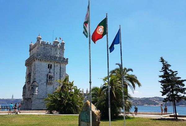 Bandiera portoghese sventola davanti alla torre di Belem