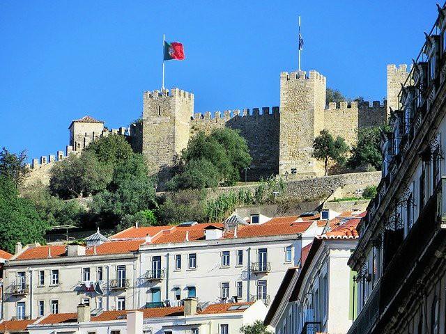Lisbona, castello con bandiera che sventola