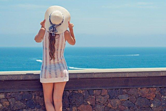 Donna guarda il mare