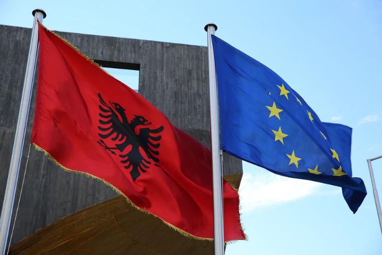 bandiera albanese ed europea