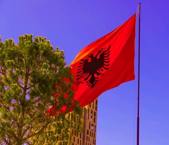 bandiera albanese che sventola