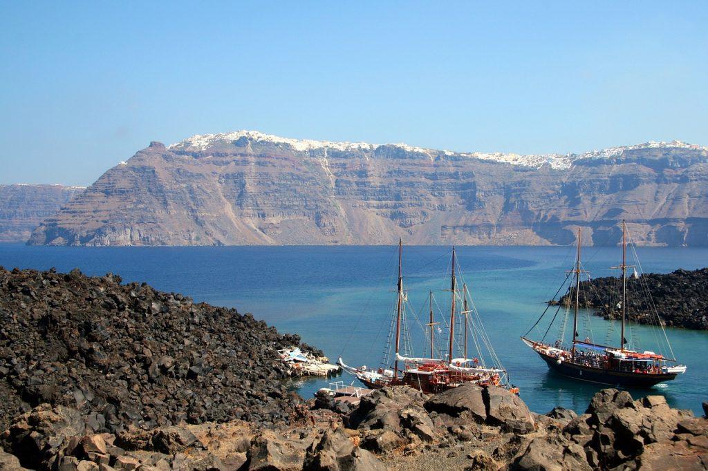 escursione in barca alla caldera di santorini