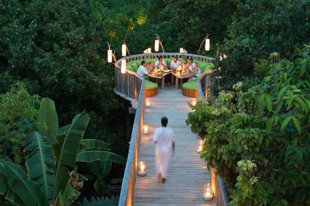 Alle Maldive c'è un hotel di lusso che il ristorante adagiato sulla cima degli alberi