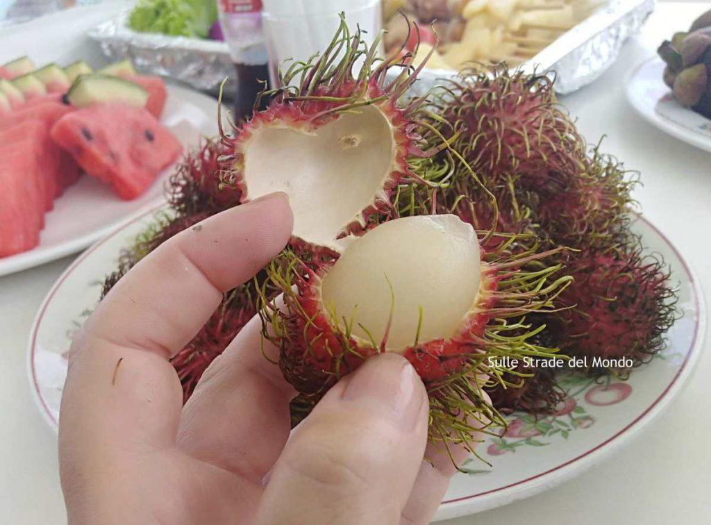 In Thailandia la frutta è coloratissima