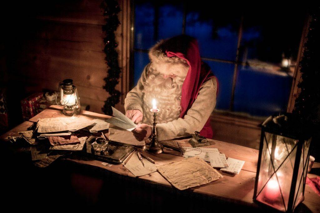 Santa Klaus legge le lettere