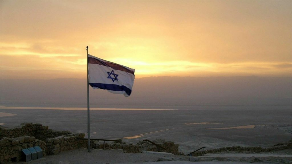 bandiera al tramonto