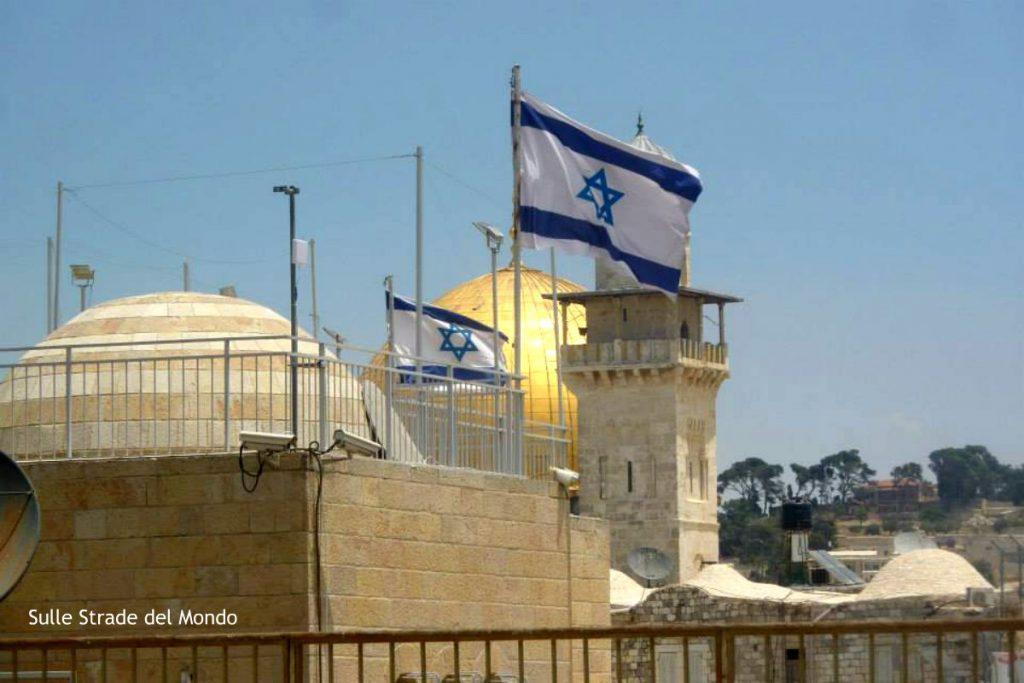 Gerusalmme vecchia con bandiera di israele