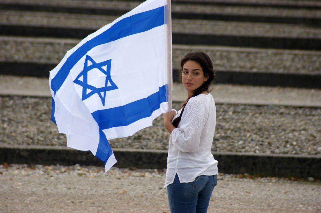 Ragazza e bandiera israeliana