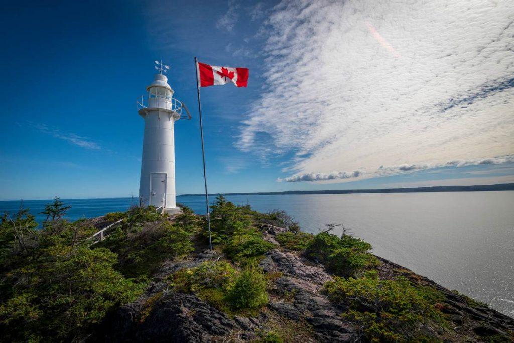 Bandiera del Canada sventola sul faro