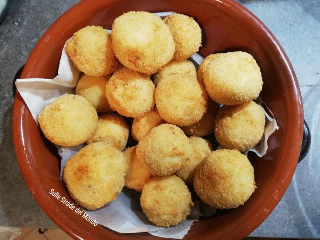 crocchette di manioca appena fritte