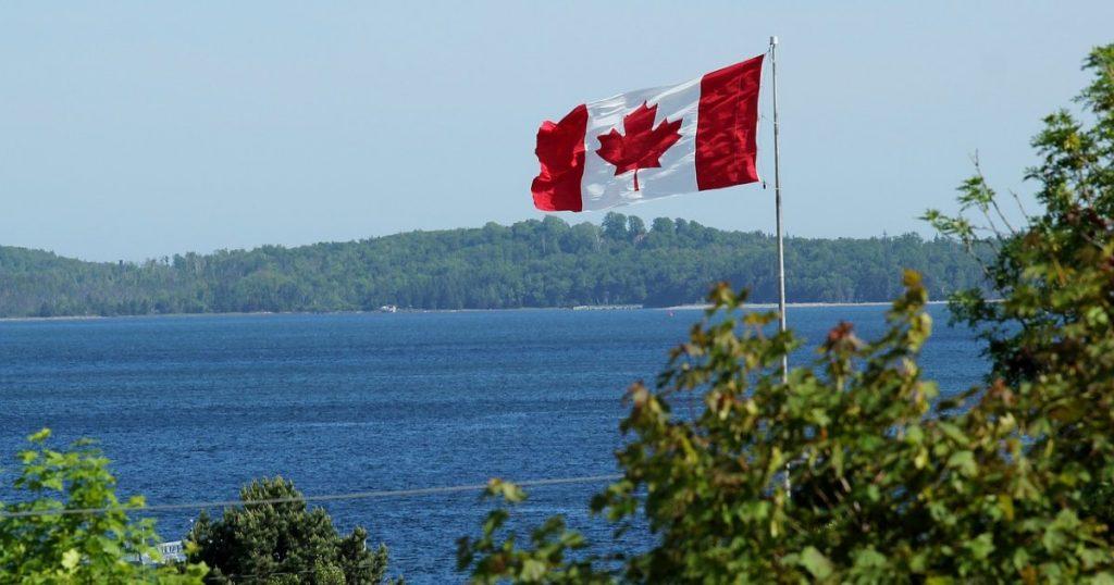 Bandiera del Canada sul lago
