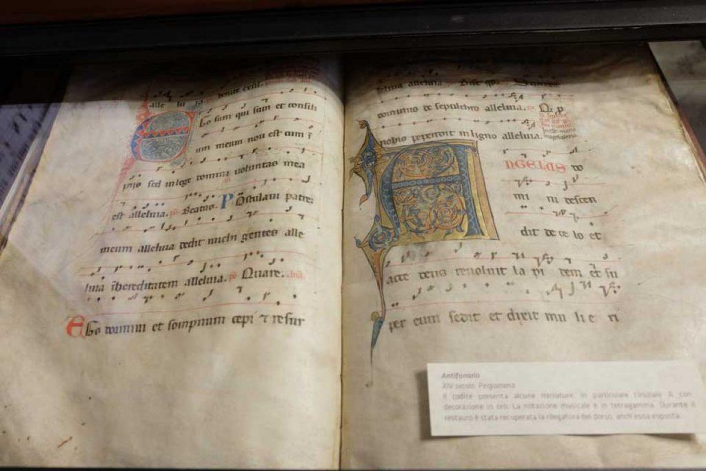 Antico spartito del  XIV che si può vedere nel museo della cattedrale