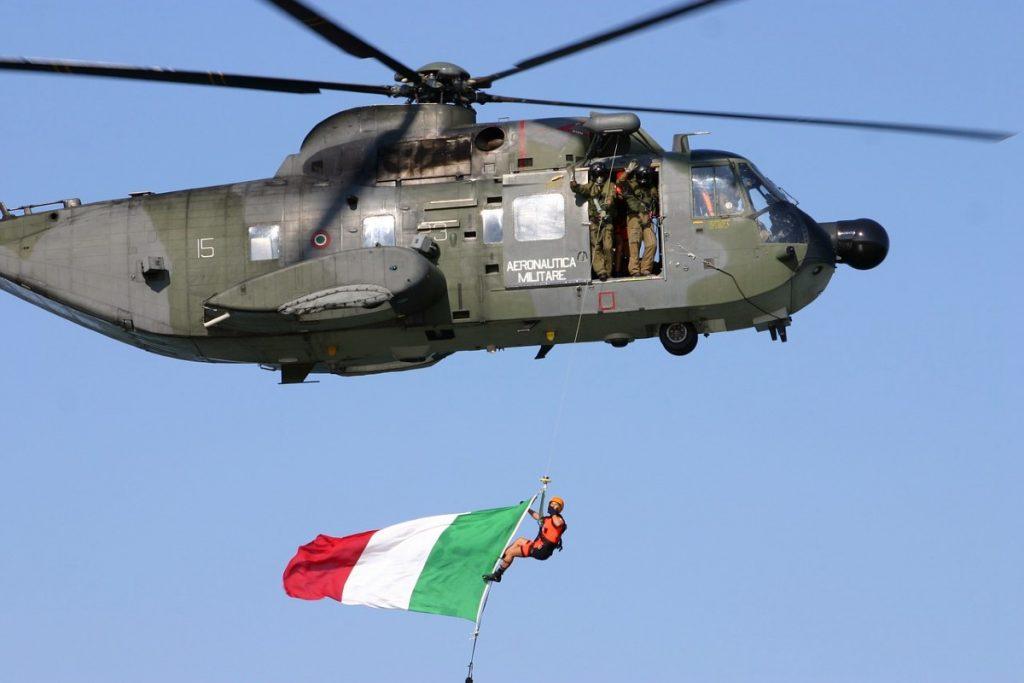 Elicottero aereonautica militare con bandiera tricolore