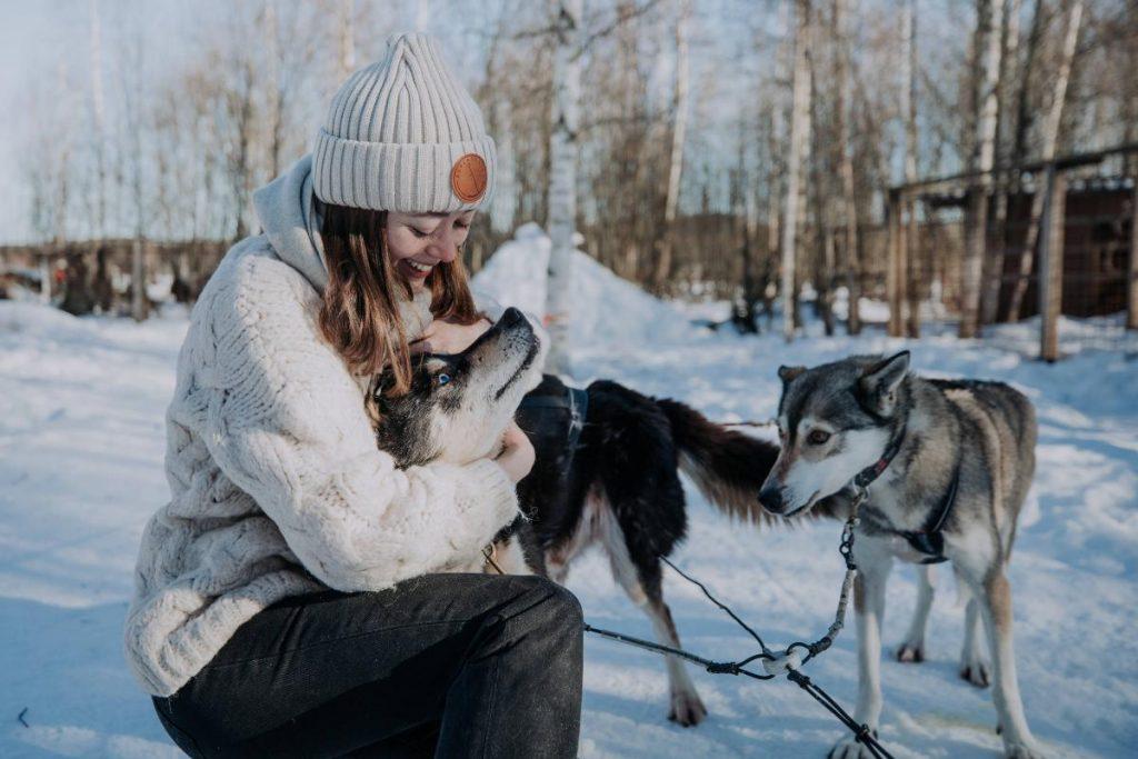 Ragazza con i cani da slitta