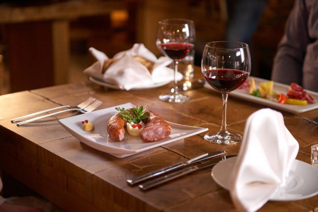Salsiccia della Carniola e vino della slovenia