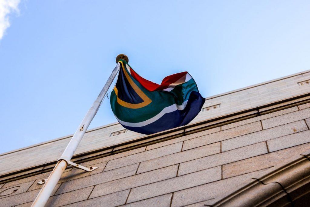 Bandiera del sudafrica che sventola