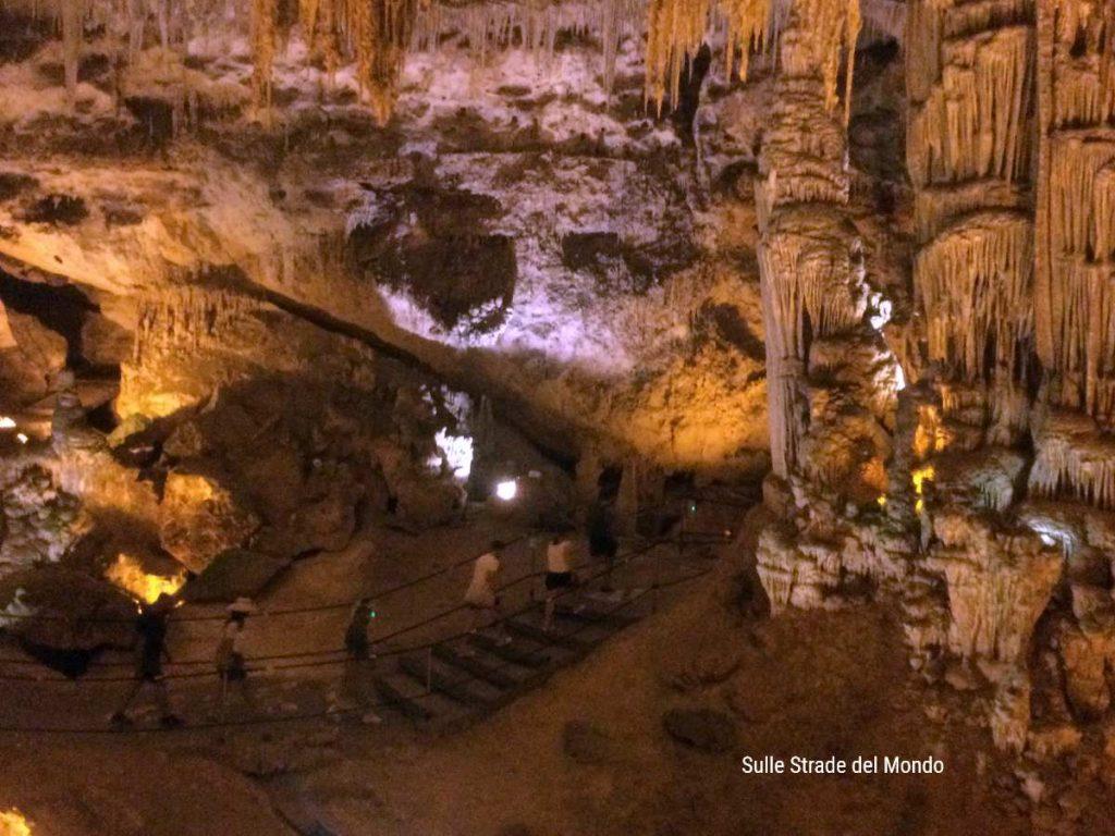 Stalattiti che sembrano trine nella Grotta di Nettuno
