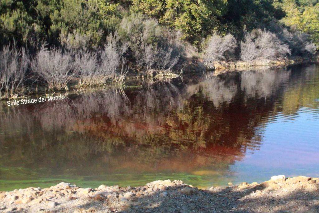il lago rosso della Solfatara di Pomezia